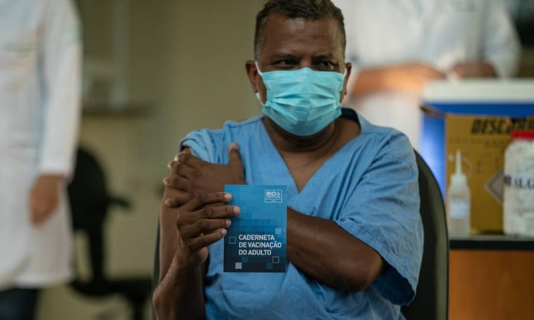 """O enfermeiro Ricardo da Silva, de 51 anos, foi o primeiro homem a ser vacinado no Rio: """"É um sonho que a gente estava esperando muito"""" Foto: Brenno Carvalho / Agência O Globo"""