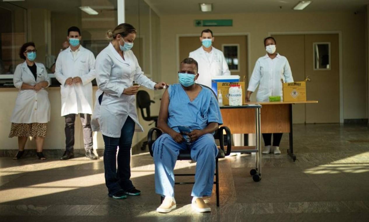 O enfermeiro Ricardo da Silva, de 51 anos, foi o primeiro homem a ser vacinado no Rio. Ele é funcionário do Hospital Ronaldo Gazolla Foto: Brenno Carvalho / Agência O Globo - 19/01/2021