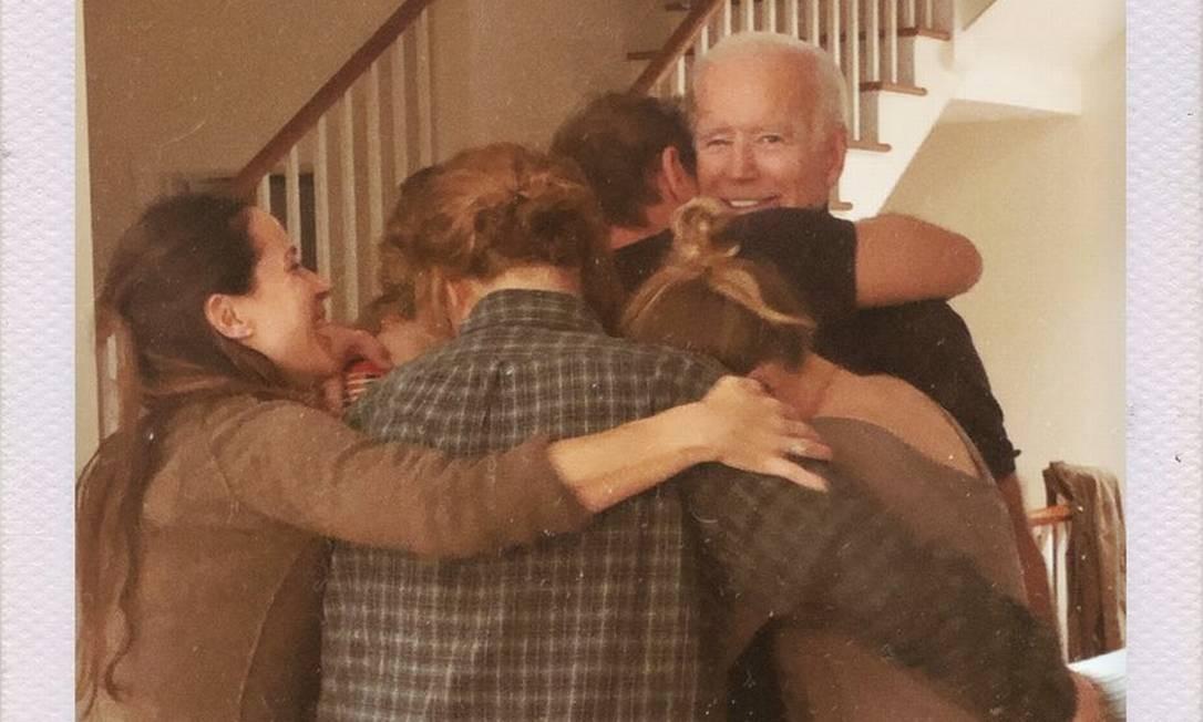 Joe Biden, abraçado por sua família, após o resultado da eleição de 2020 ser confirmado Foto: Reprodução / Naomi Biden/Twitter
