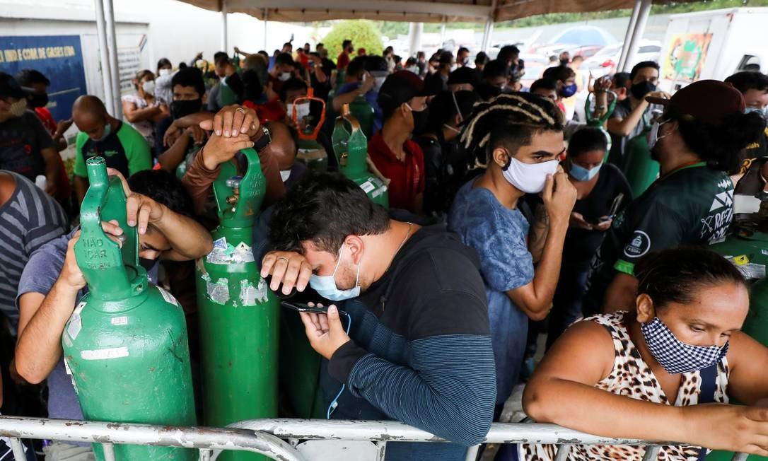 Familiares de pacientes hospitalizados por Covid-19 fazem fila para encher os cilindros de oxigênio em Manaus Foto: BRUNO KELLY / REUTERS
