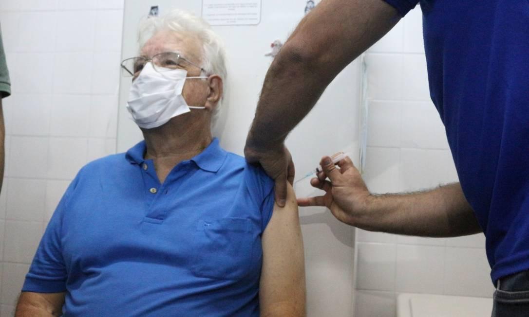 Em Nova Friburgo, na Região Serrana do Rio, o fiscal sanitário Renê Américo Folly, de 74 anos, foi o primeiro da cidade a ser vacinado contra a Covid-19 Foto: Divulgação / Prefeitura de Nova Friburga - 19/01/2021