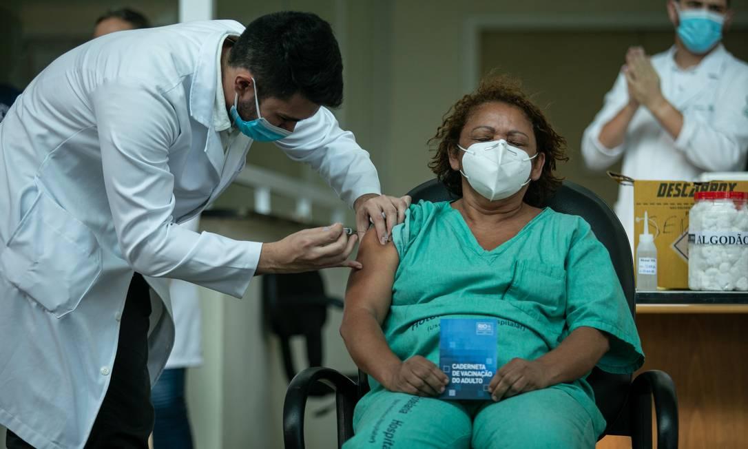 Primeiros enfermeiros do Hospital Municipal Ronaldo Gazolla sendo vacinados com a CoronaVac Foto: Brenno Carvalho