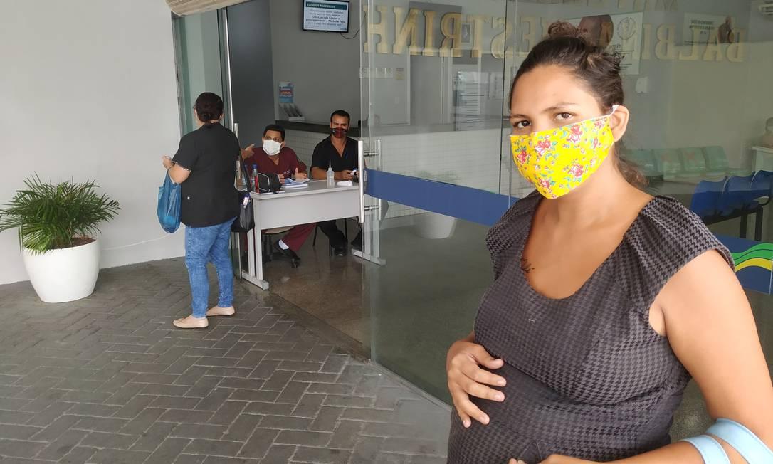 Sara Regina Amaral Moreira, grávida de 39 semanas, está apreensiva com a falta de oxigênio Foto: Leandro Prazeres / Agência O GLOBO