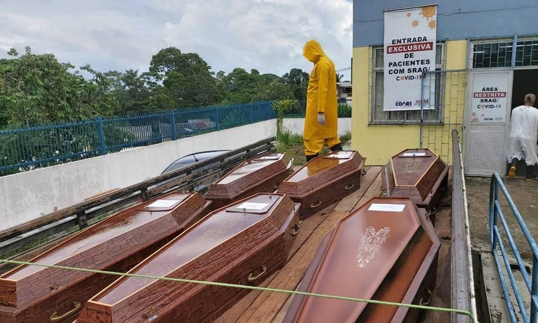 Urnas funerárias em frente ao Hospital Regional de Coari, com os corpos dos que morreram sem oxigênio. Foto: Severo Júnior/Arquivo Pessoal / Agência O Globo