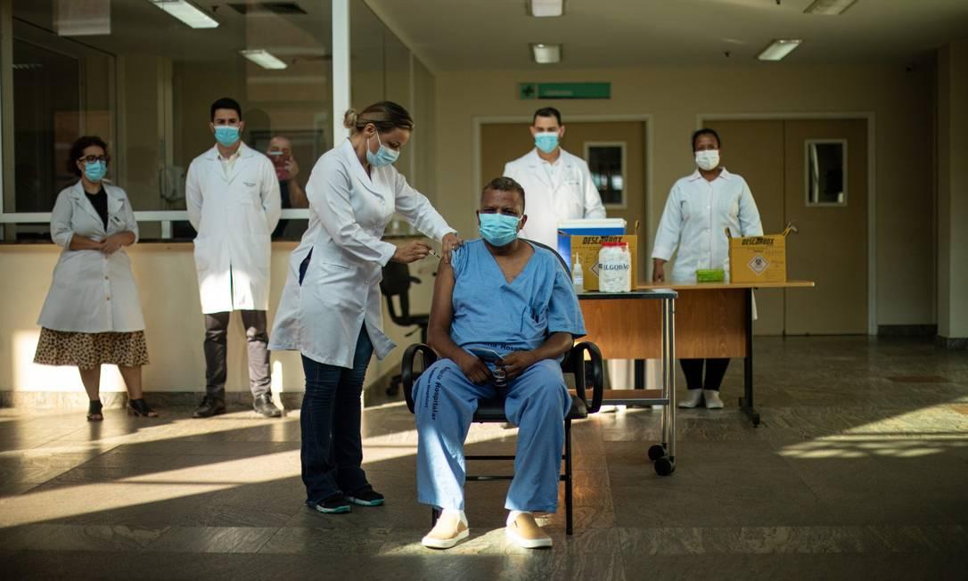 Nesta terça-feira, profissionais de saúde do hospital de referência no combate à Covid-19, Ronaldo Gazolla, foram vacinados Foto: Brenno Carvalho / Agência O Globo