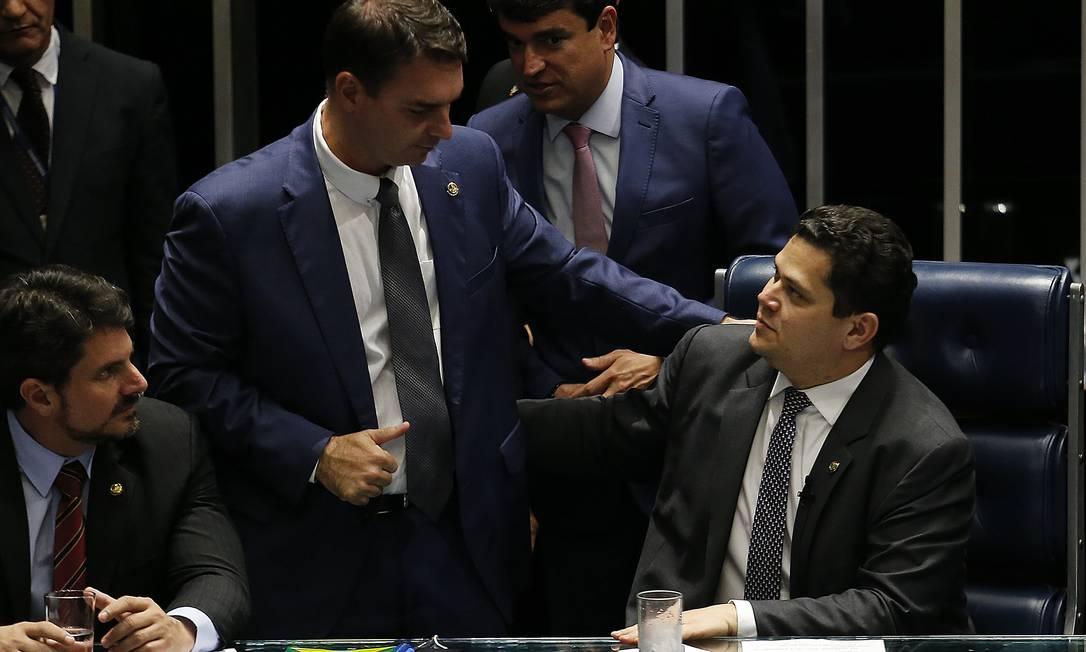 Flávio Bolsonaro (Republicanos-RJ) e Davi Acolumbre (DEM-AP): senadores se cumprimentam no plenário Foto: Jorge William / Agência O Globo/06-02-2019