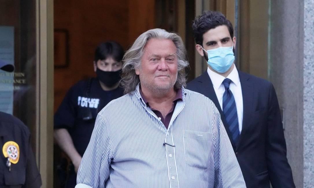 Steve Bannon, ex-estrategista do presidente Donald Trump, saindo do tribunal em Manhattan depois de pagar fiança Foto: BRYAN R. SMITH / AFP