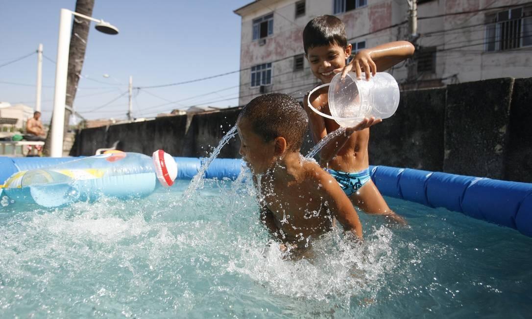 Piscina inflável é opção para divertir as crianças mesmo dentro de casa Foto: Felipe Hanower