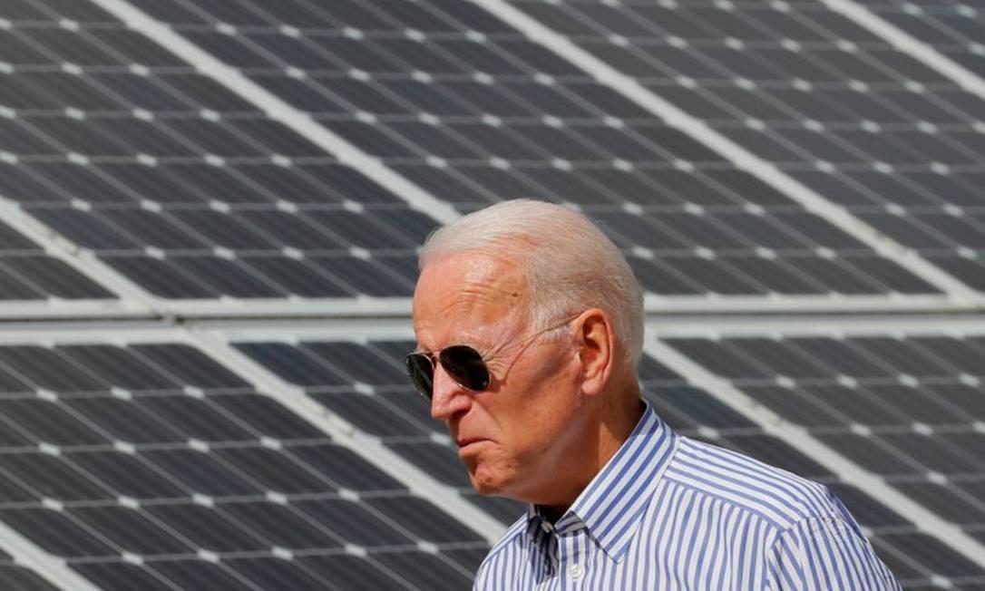 Presidente eleito dos Estados Unidos, Joe Biden, em frente a painel solar em New Hampshire Foto: BRIAN SNYDER / REUTERS / 4-6-19