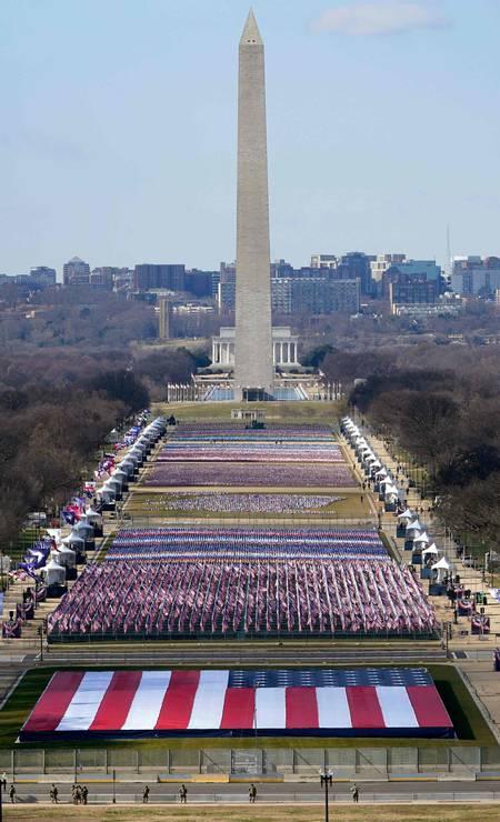 O National Mall, em Washington, é decorado com bandeiras dos EUA Foto: SUSAN WALSH / AFP