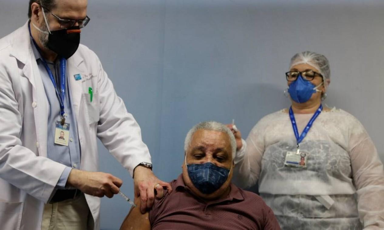 O neurocirurgião Ivan Santana é o primeiro vacinado contra Covid-19 no Hospital Miguel Couto, na Zona Sul do Rio. Foto: Marcia Foletto / Agência O Globo