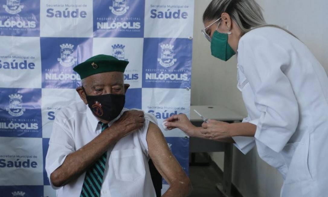 O ex-combatente João Amaro dos Santos, de 95 anos, é vacinado contra Covid-19 Foto: Cléber Júnior / Agência O Globo