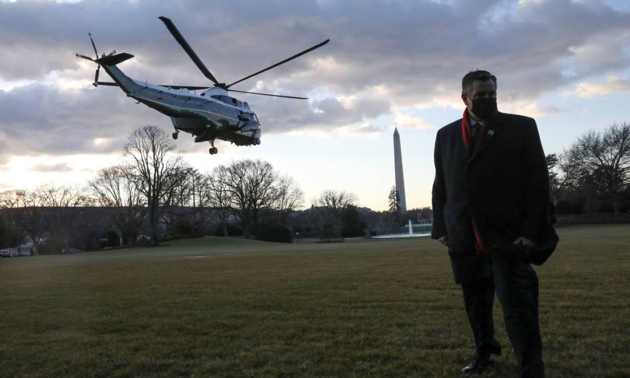 O presidente dos EUA, Donald Trump, e a primeira-dama, Melania Trump, partem da Casa Branca a bordo do Marine One antes da posse do presidente eleito, Joe Biden, em Washington Foto: LEAH MILLIS / REUTERS