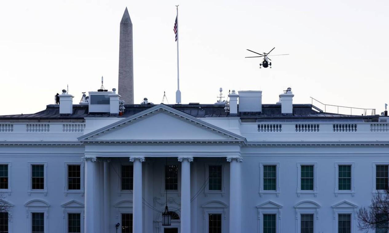Marine One sobrevoa a Casa Branca com Donald Trump e a esposa Melania Trump rumo à residência, na Flórida Foto: ANDREW KELLY / REUTERS