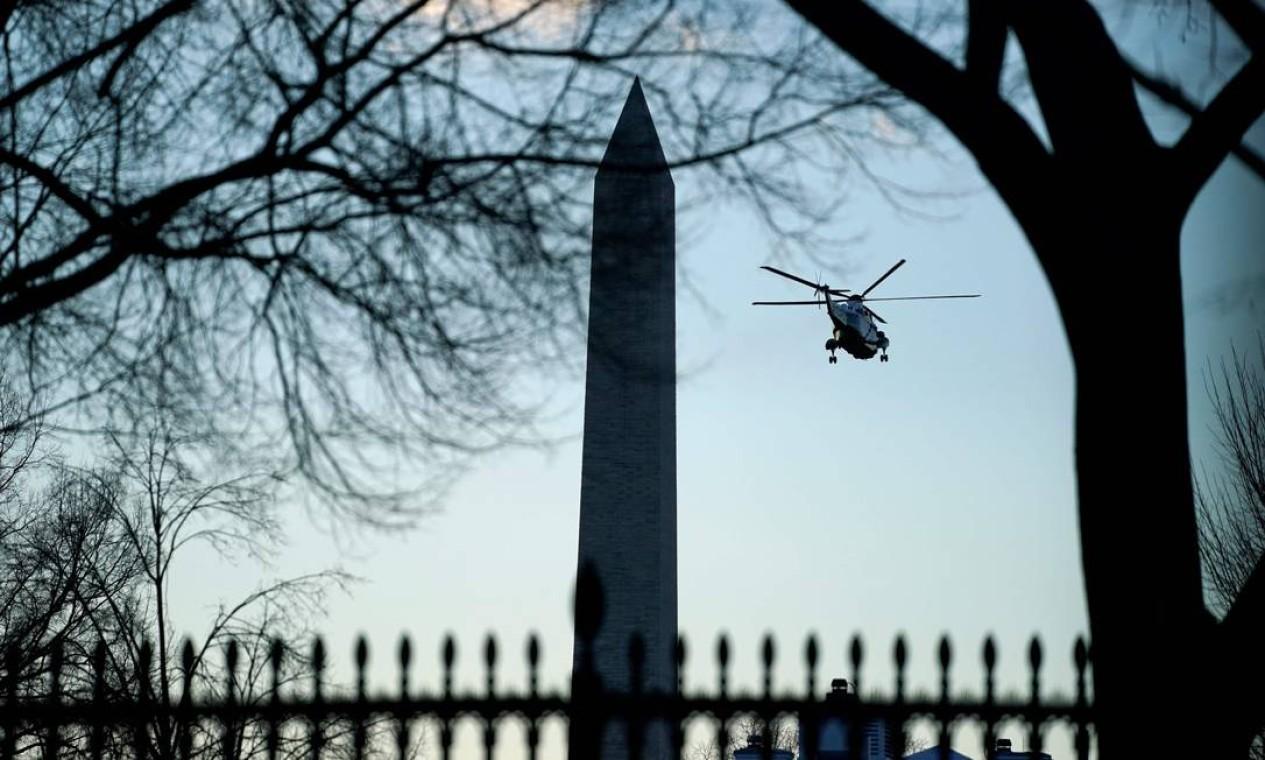 Marine One passa pelo Monumento a Washington Foto: EVAN VUCCI / AFP