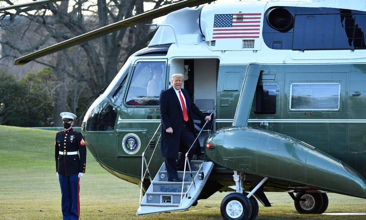 Donald Trump embarca no helicóptero Marina One – ele não comparecerá à posse de Joe Biden Foto: MANDEL NGAN / AFP