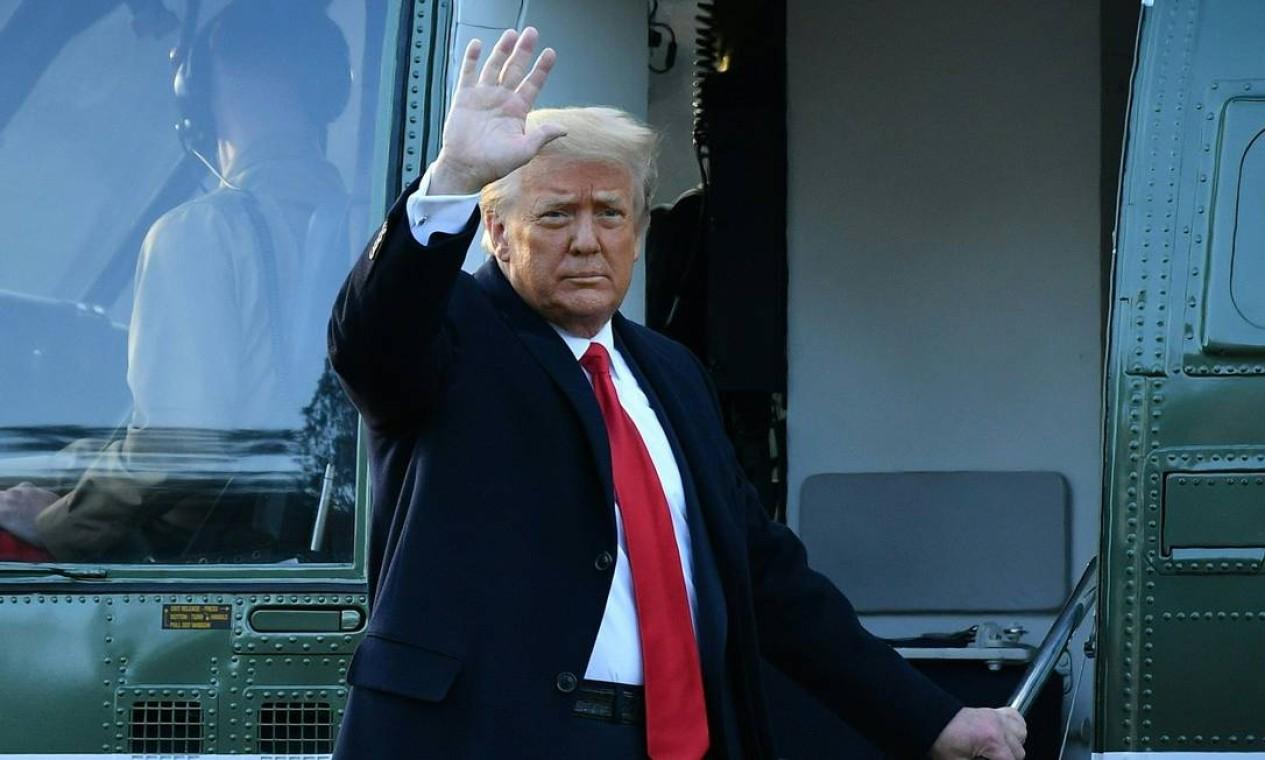 Donald Trump acena antes de embarcar no helicóptero Marine One, com destino à Base Conjunta Andrews, em Maryland, onde seguirá viagem para Flórida, onde mor Foto: MANDEL NGAN / AFP