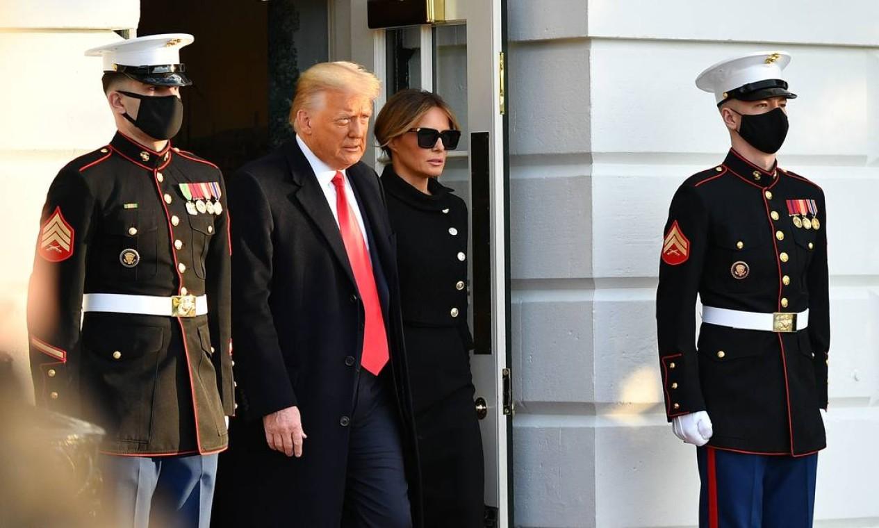 Donald Trump e Melania Trump saem da Casa Branca pela última vez como presidente e primeira dama dos Estados Unidos Foto: MANDEL NGAN / AFP