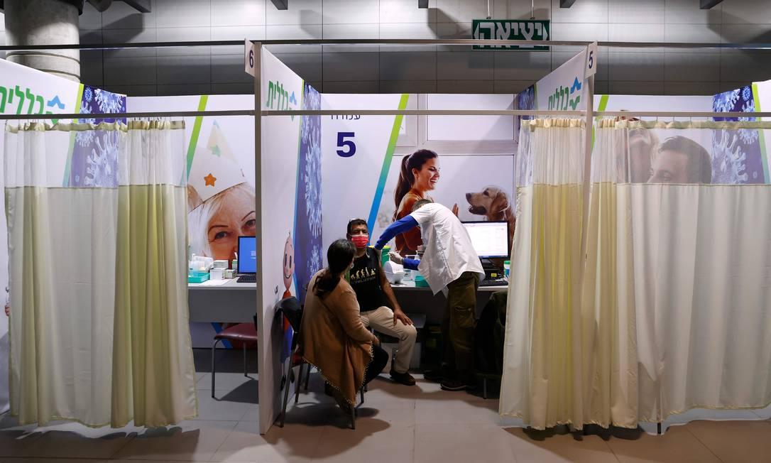 Profissional de saúde aplica dose da vacina da Pfizer contra Covid-19 na cidade de Netanya, em Israel Foto: JACK GUEZ / AFP