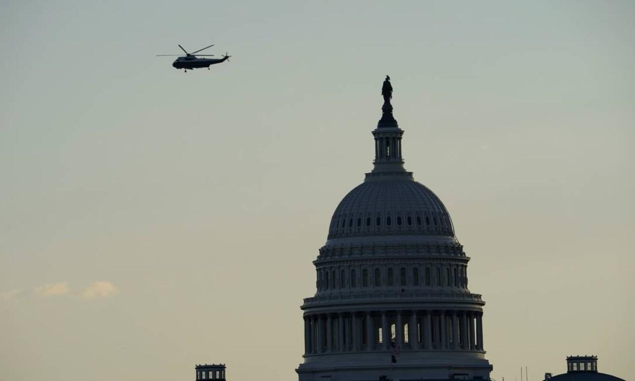 Donald Trump, a bordo do Marina One, sobrevoa Capitólio dos EUA pela última vez como presidente dos EUA Foto: ALLISON SHELLEY / REUTERS