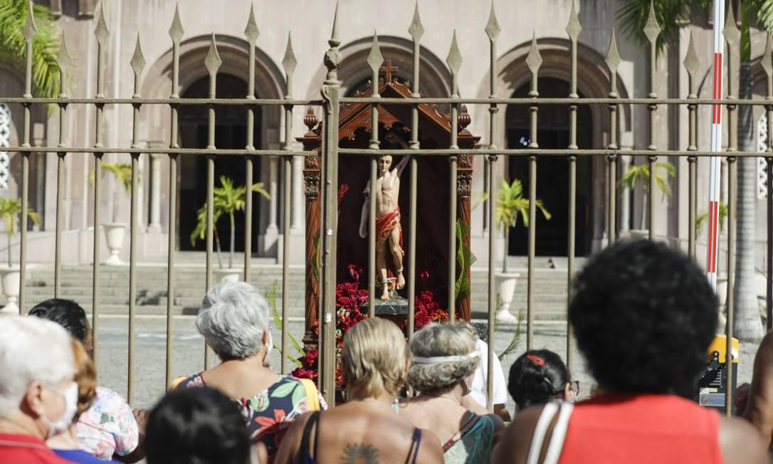 Do lado de fora das grades, fiéis receberam bençãos e água benta jogada pelos frades capuchinhos Foto: Gabriel de Paiva