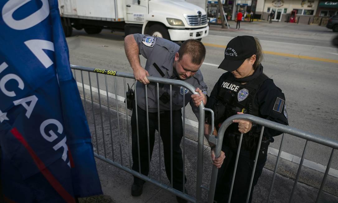 Policiais montaram no caminho do comboio de Trump, rumo a Mar-a-Lago Foto: EVA MARIE UZCATEGUI / AFP