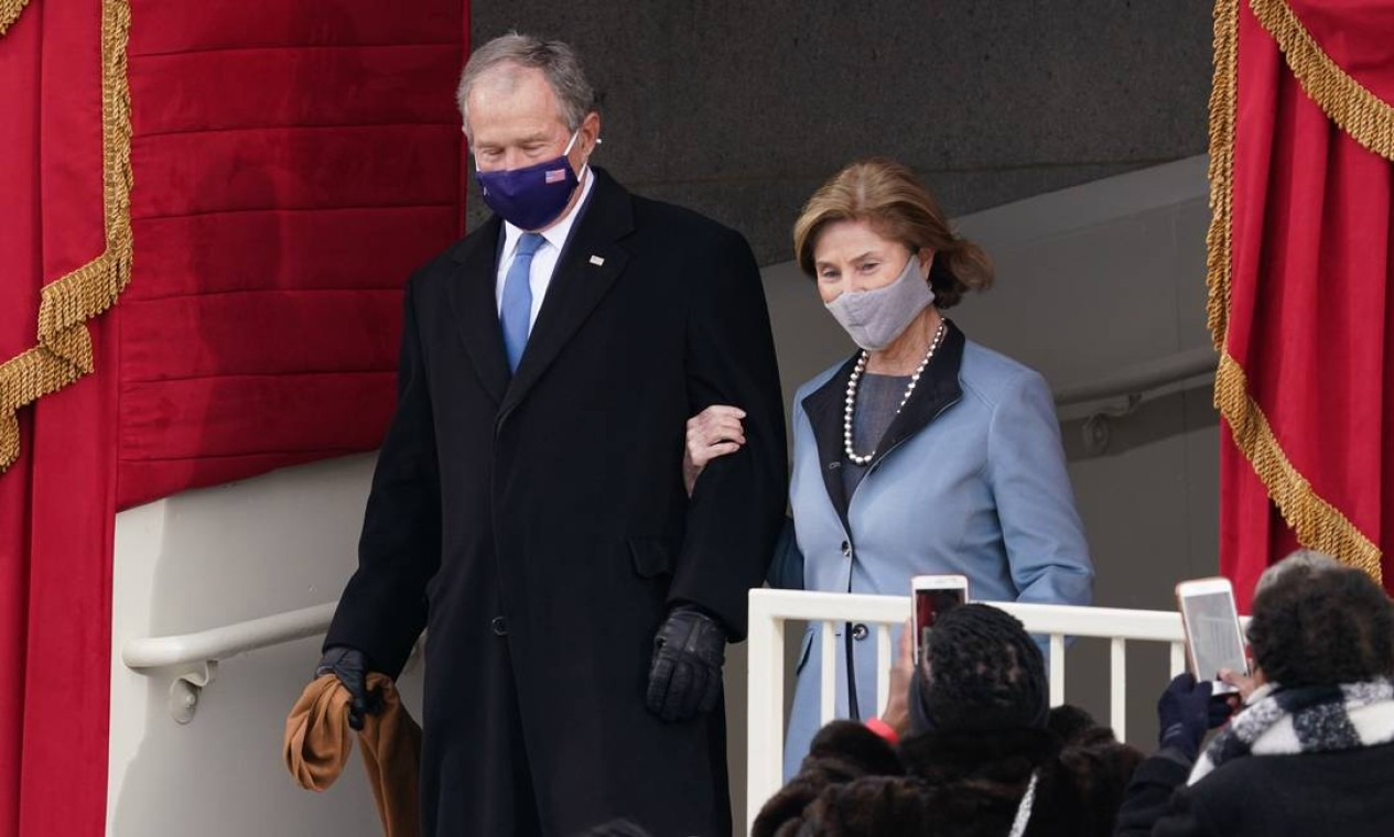 O ex-presidente dos EUA George W. Bush e sua esposa Laura Bush chegam para a posse de Joe Biden Foto: KEVIN LAMARQUE / REUTERS