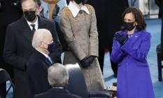 Kamala Harris aplaude Joe Biden na chegada ao palco onde ocorre a posse presidencial em Washington Foto: BRENDAN MCDERMID / REUTERS