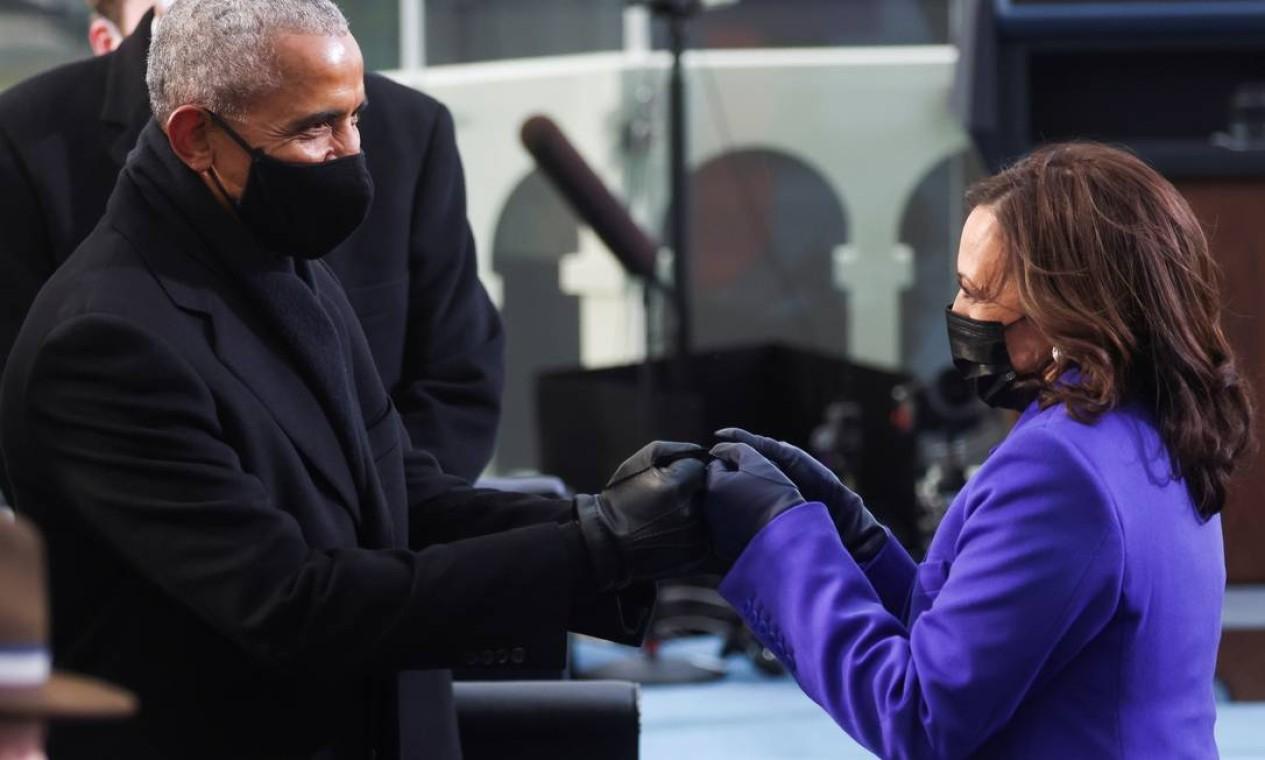 Black power. Ex-presidente Barack Obama cumprimenta a nova vice-presidente, Kamala Harris. Ambos são um marco na representatividade na política dos EUA: o primeiro homem negro a ocupar a presidência e a primeira mulher negra eleita vice Foto: JONATHAN ERNST / REUTERS