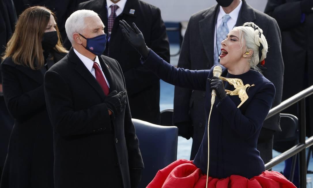 Observada de perto pelo vice de Trump, Mike Pence, Lady Gaga canta hino nacional dos Estados Unidos Foto: BRENDAN MCDERMID / REUTERS