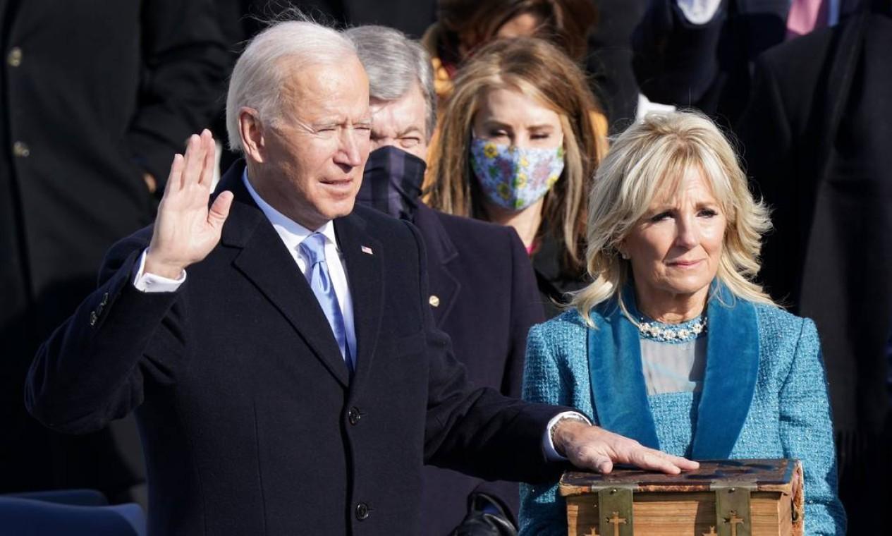 Joe Baden faz juramento com mão sobre a Bíblia, segurada pela primeira-dama, Jill Biden Foto: KEVIN LAMARQUE / REUTERS