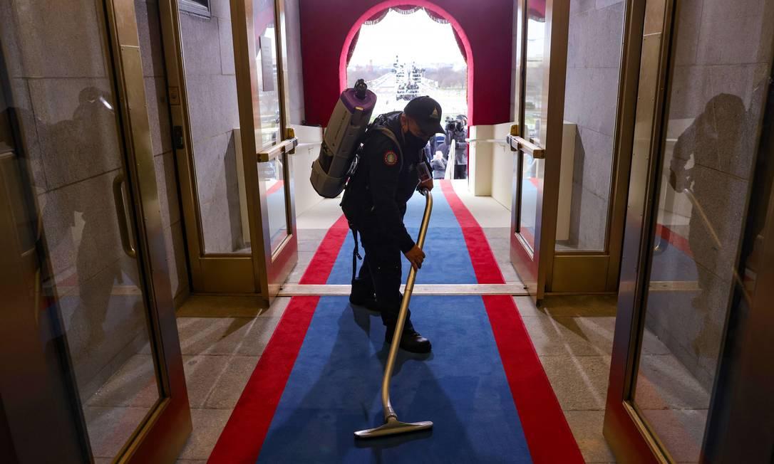 Homem aspira dentro do Capitólio dos EUA antes da posse Foto: WIN MCNAMEE / AFP