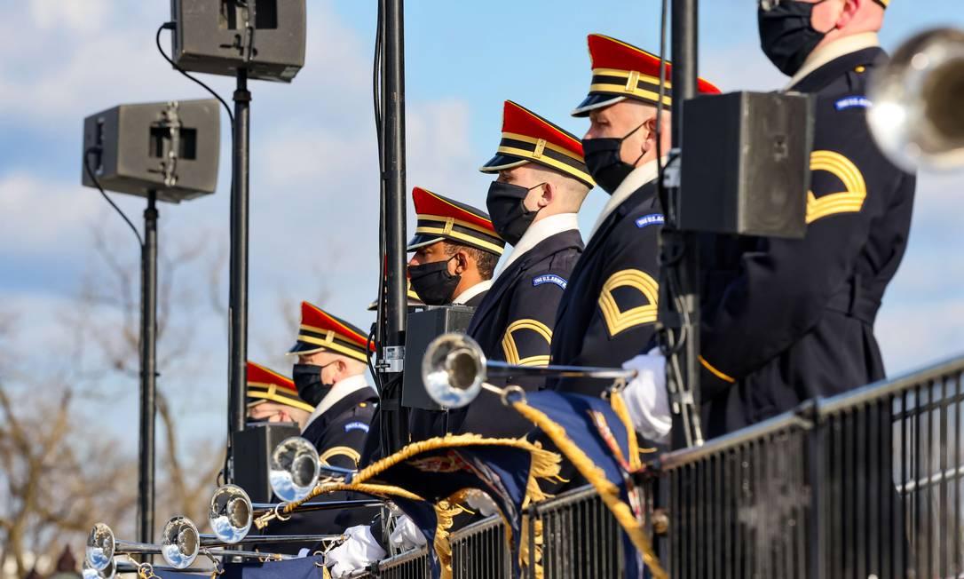 """Membros da Banda do Exército dos EUA """"Pershing's Own"""" a postos para a cerimônia de posse Foto: TASOS KATOPODIS / AFP"""