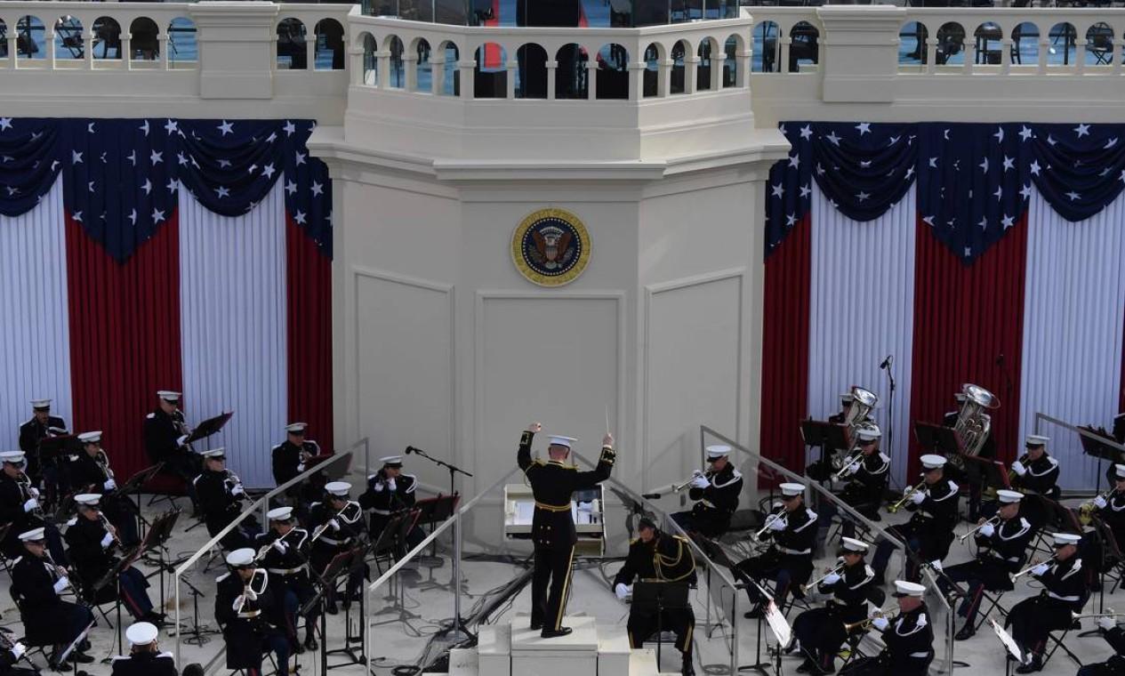 A banda da Marinha dos EUA se apresenta antes de Joe Biden tomar posse como 46º Presidente dos EUA Foto: ANDREW CABALLERO-REYNOLDS / AFP