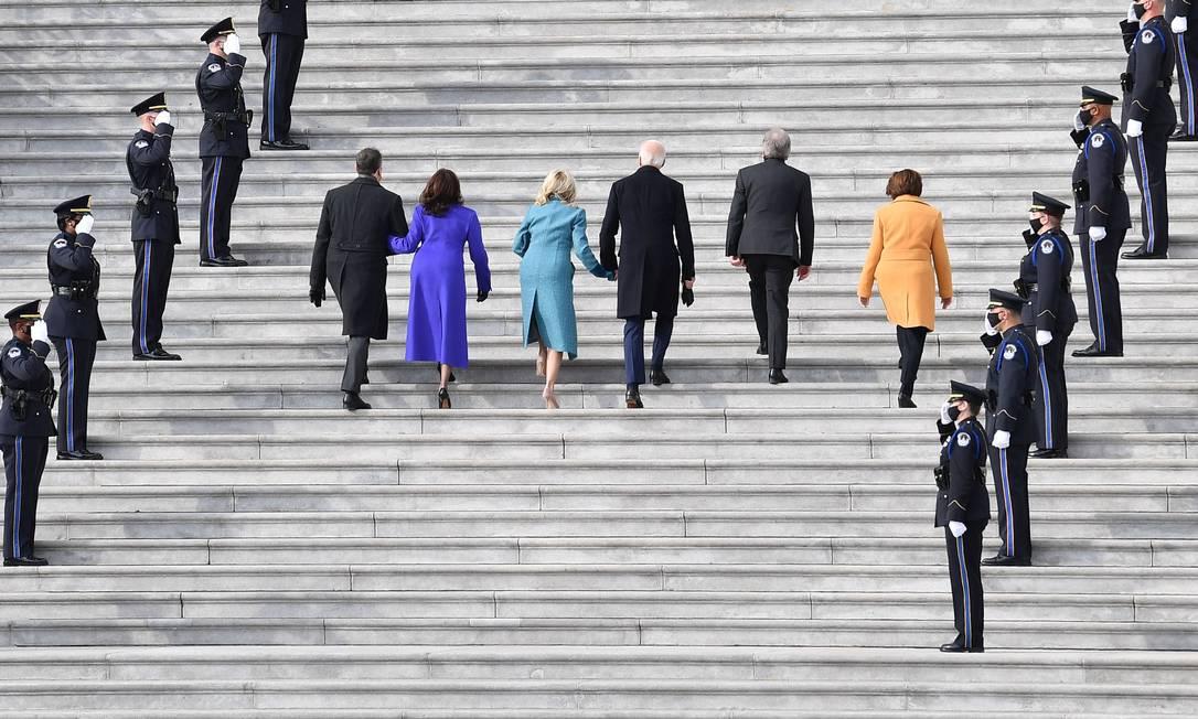 Joe Biden sobe escadaria do Capitólio, em Washington, para a posse como 46º presidente dos EUA, acompanhado da vice-presidente Kamala Harris Foto: ANGELA WEISS / AFP
