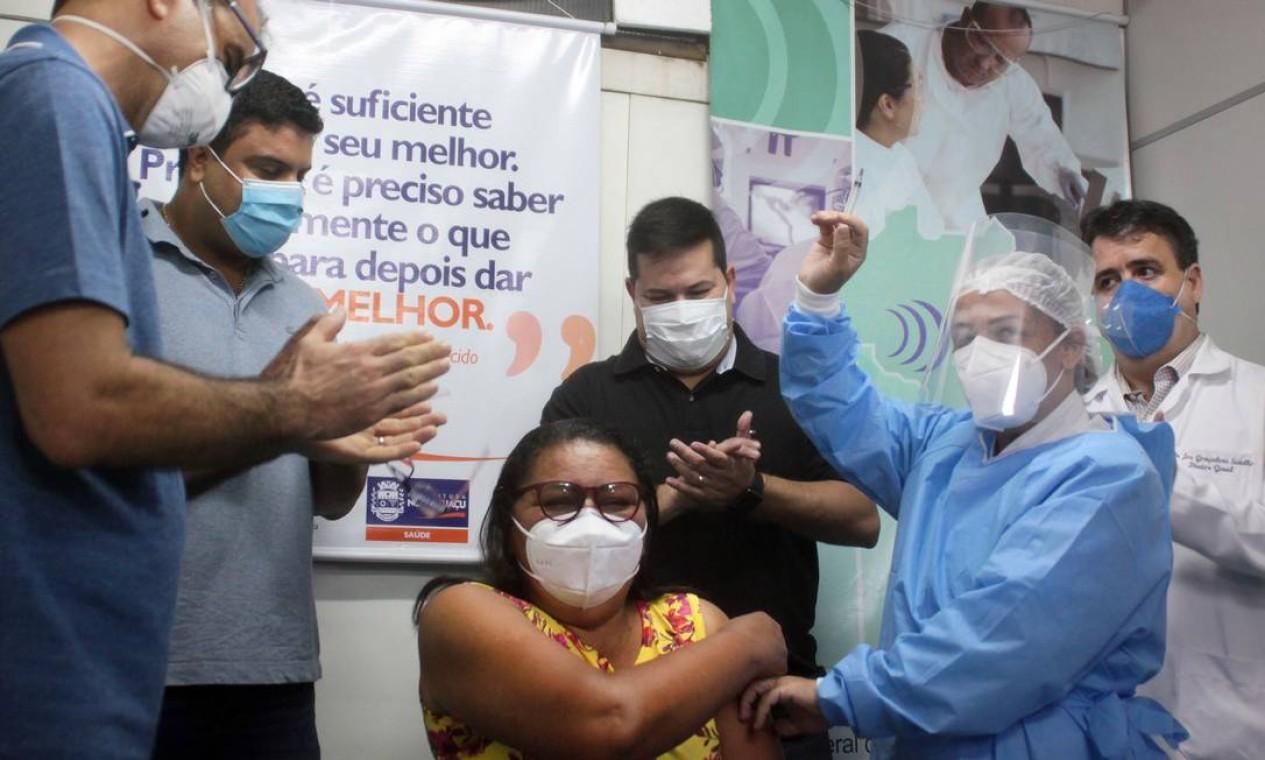 A técnica de enfermagem Angela Maria Mesquita Magalhães, de 55 anos, foi a primeira a receber a vacina em Nova Iguaçu, Baixada Fluminense. Ela foi imunizada logo após encerrar o plantão de 24h no CTI da Covid-19 do Hospital Geral de Nova Iguaçu (HGNI) Foto: Divulgação - 20/01/2021