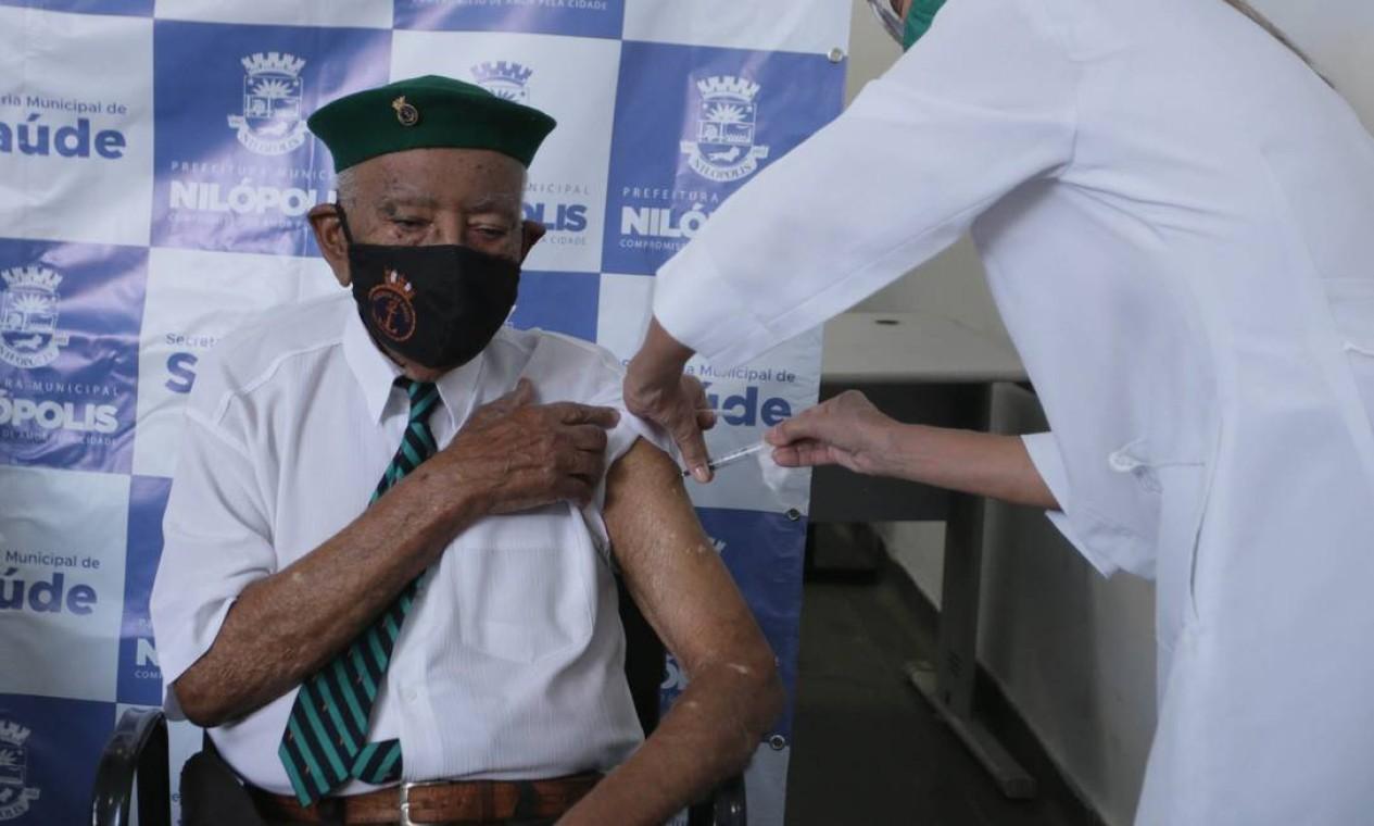 João Amaro, 95 anos, pracinha da Segunda Guerra Mundial, foi o primeiro vacinado de Nilópolis, Baixada Fluminense Foto: Cléber Júnior / Agência O Globo - 19/01/2021