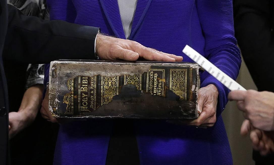 Biden faz juramento com a mão sobre a Bíblia da família Foto: Pool / Josh Haner-Pool/Getty Images