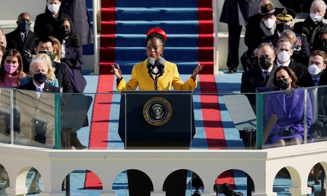 """A jovem poetisa Amanda Gorman, de 22 anos, recitou a música """"""""The hill we climb"""", de sua autoria. Ela se tornou a mais jovem escritora a recitar um poema durante cerimônia de posse de um presidente dos Estados Unidos Foto: POOL / REUTERS"""