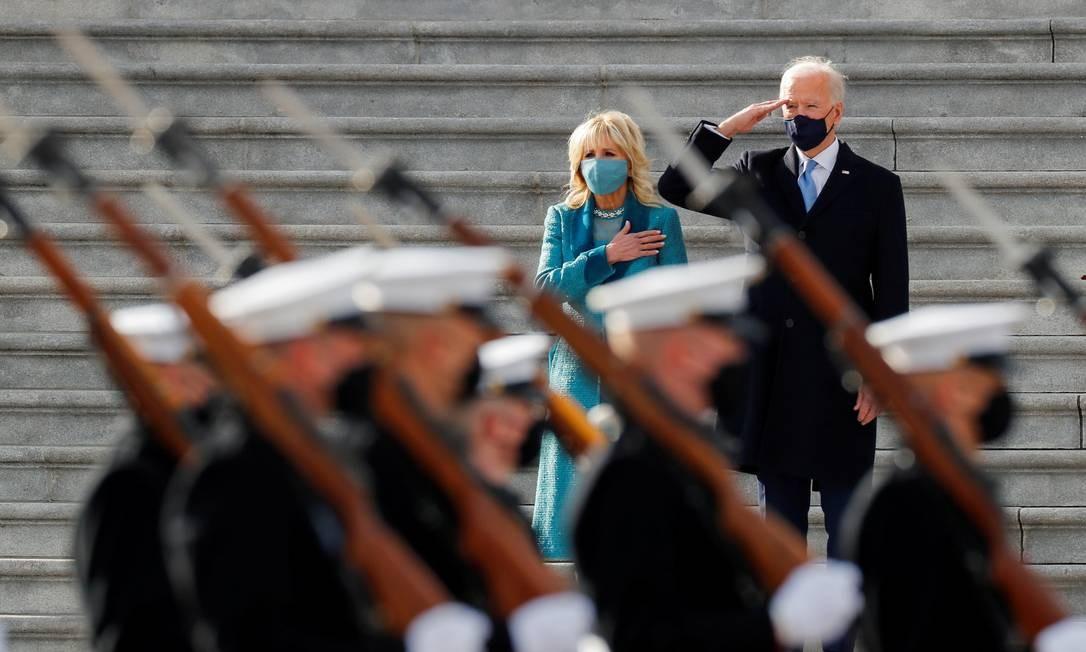Joe Biden e a primeira-dama Jill Biden durante em revisão da tropa após a cerimônia Foto: MIKE SEGAR / REUTERS