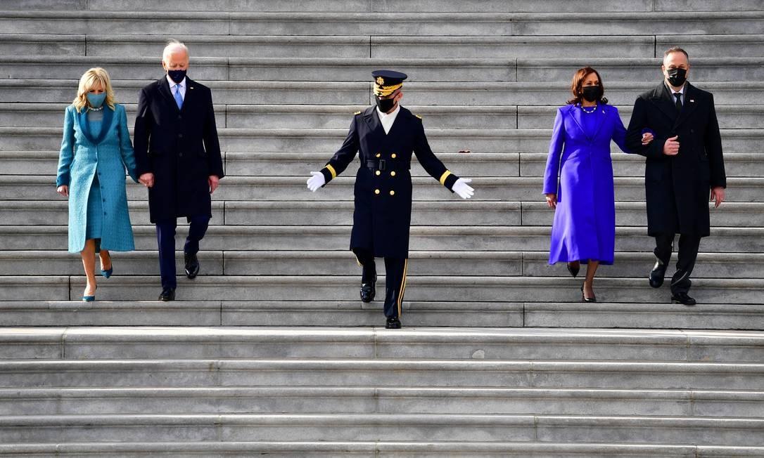 Joe Biden e a primeira-dama, Jill Biden, a vice-presidente, Kamala Harris, e o primeiro cavalheiro, Douglas Emhoff, descem as escadas a leste do Capitólioapós a posse presidencial Foto: POOL / REUTERS
