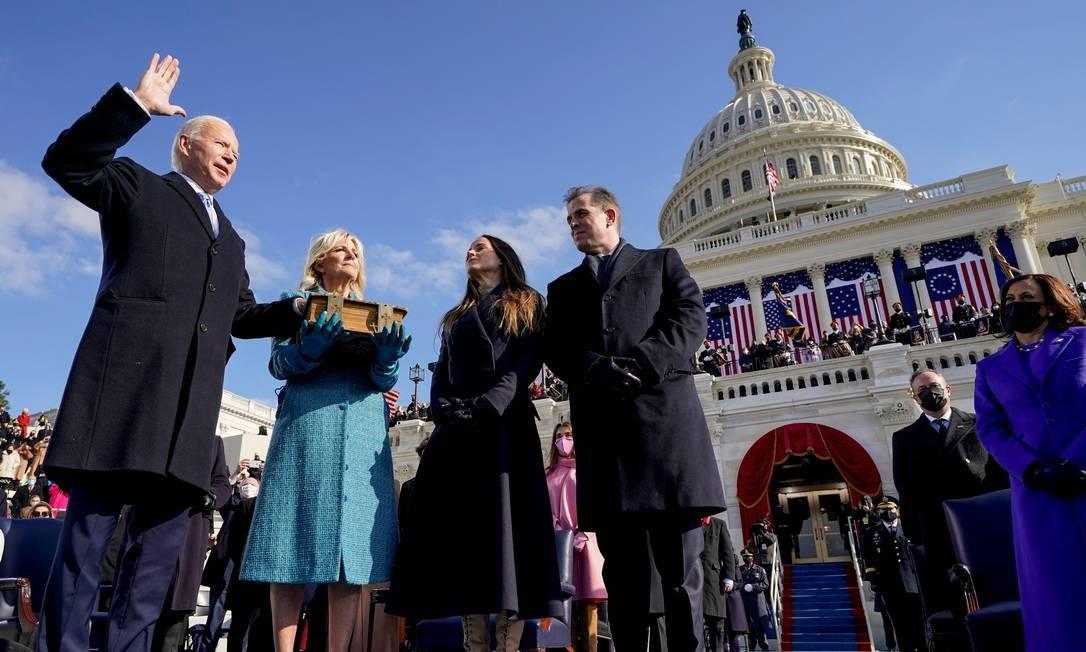 Joe Baden faz seu juramento com mão sobre a Bíblia, segurada pela primeira-dama, Jill Biden Foto: POOL / REUTERS