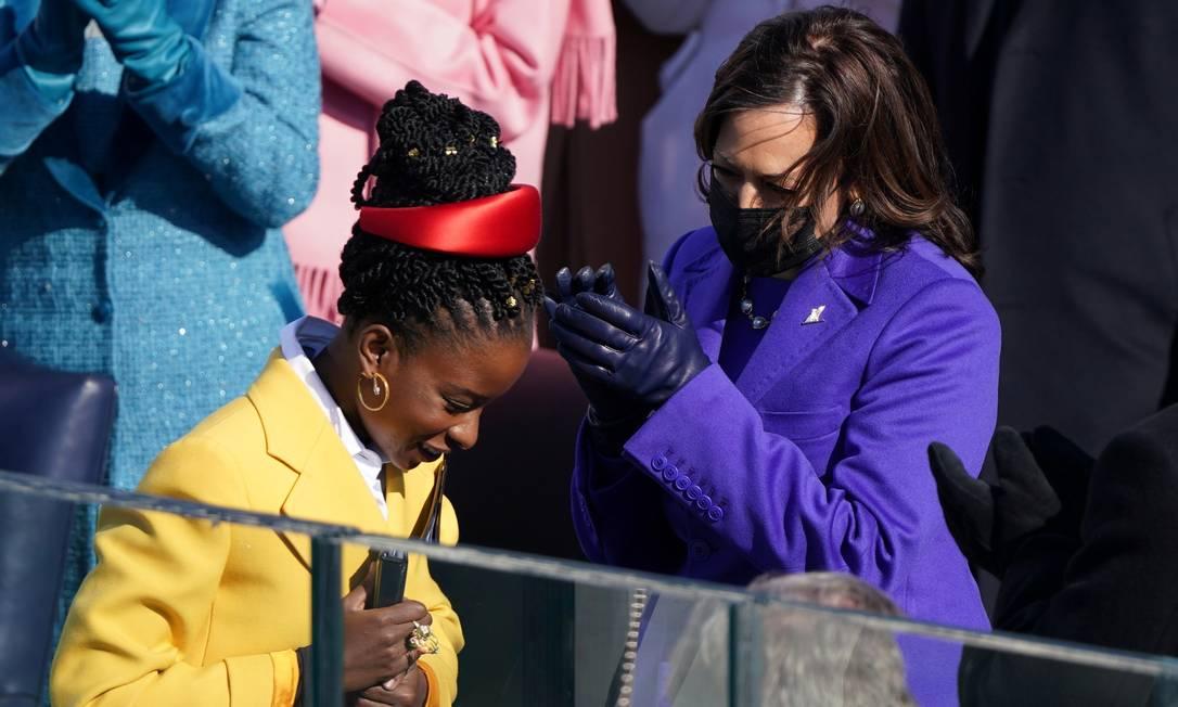 """Amanda é aplaudida pela vice-presidente dos EUA, Kamala Harris, depois de sua leitura: """"A Democracia pode ser temporariamente postergada, mas não pode ser permanentemente derrotada"""", diz trecho do poema Foto: KEVIN LAMARQUE / REUTERS"""