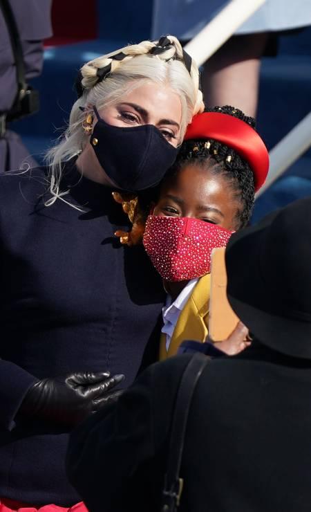 A cantora Lady Gaga posa com Amanda Gorman durante a posse de Joe Biden. Gorman se tornou a mais jovem escritora a recitar um poema durante cerimônia de posse de um presidente dos Estados Unidos Foto: KEVIN LAMARQUE / REUTERS