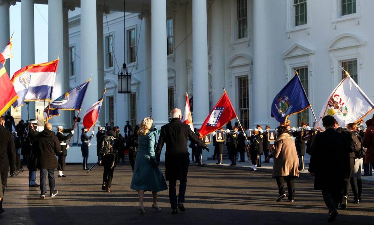 O presidente dos EUA, Joe Biden, e a primeira-dama Jill Biden caminham em direção ao Pórtico Norte da Casa Branca, em Washington Foto: TOM BRENNER / REUTERS