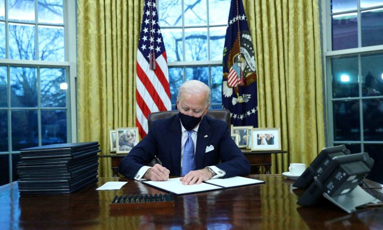 Joe Biden, assina ordens executivas no Salão Oval da Casa Branca em Washington, após sua posse como 46º Presidente dos Estados Unidos Foto: TOM BRENNER / REUTERS