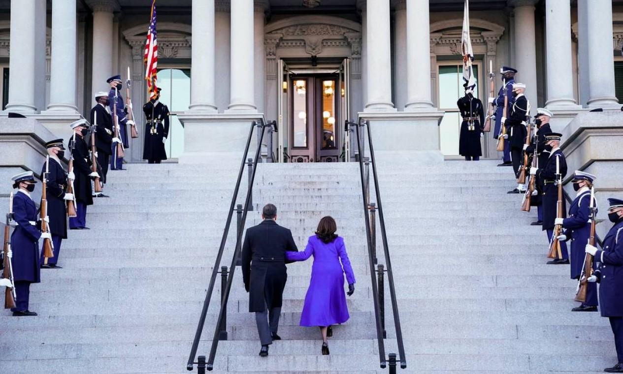Kamala Harris e Douglas Emhoff sobem a escadaria do Eisenhower Executive Office Building na Casa Branca Foto: ERIN SCOTT / REUTERS