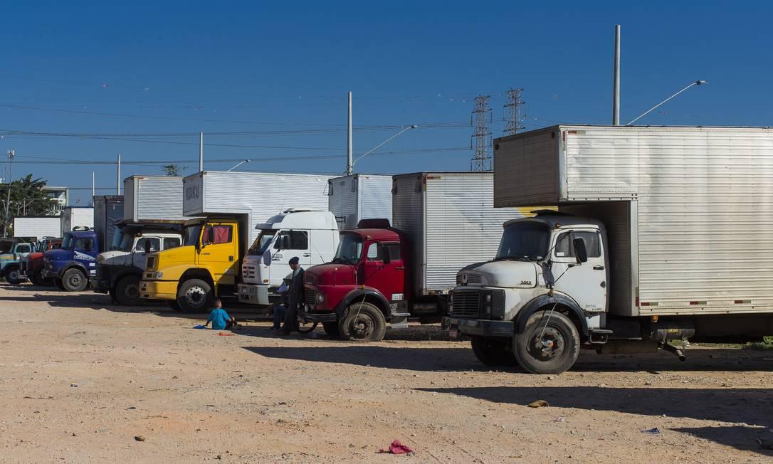 Caminhoneiros esperam por carreto ao lado do terminal de cargas João Dias, em São Paulo Foto: Edilson Dantas / Agência O Globo