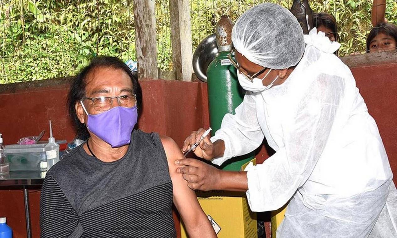 Cacique Aldo Fernandes foi o primeiro a receber vacina contra Covid-19 na aldeia Sapukai, em Angra dos Reis Foto: Divulgação / Secretaria de Saúde de Angra dos Reis