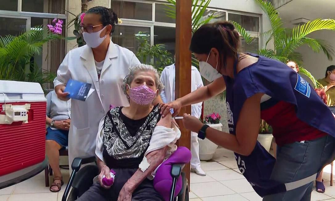 Rosa Szklarz, de 93 anos, recebe vacina contra Covid-19 Foto: Reprodução / TV Globo